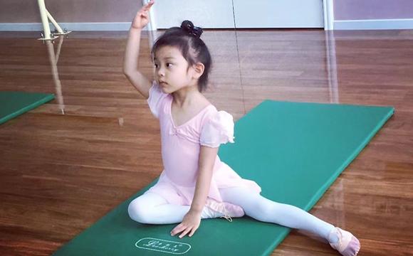 有模有样 甜馨练芭蕾轻松一字马