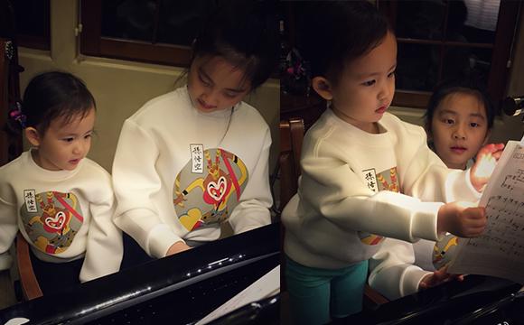 黄磊晒两女儿温馨照 多多弹琴妹妹翻谱