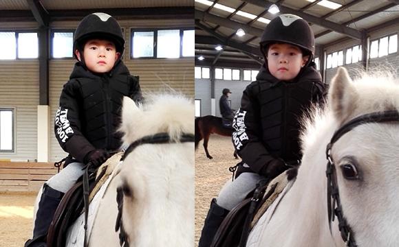 安吉变白马王子 霸气骑马身手矫健