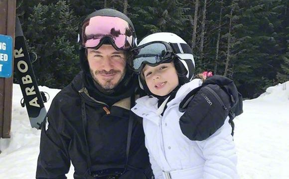 小七滑雪精灵可爱 小贝跟紧爱女寸步不离