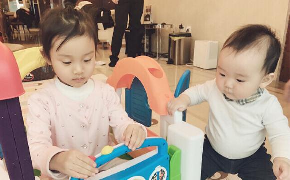 李小璐带甜馨与董璇女儿相聚