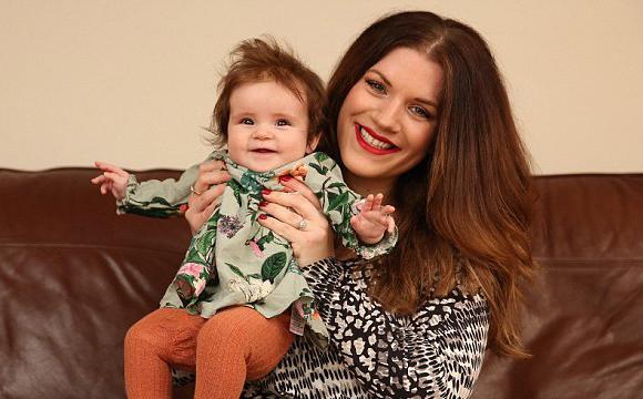 英婴儿一出生拥有浓密秀发 被误以为假发