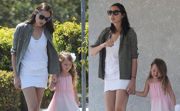盖尔·加朵和女儿Alma在洛杉矶出街