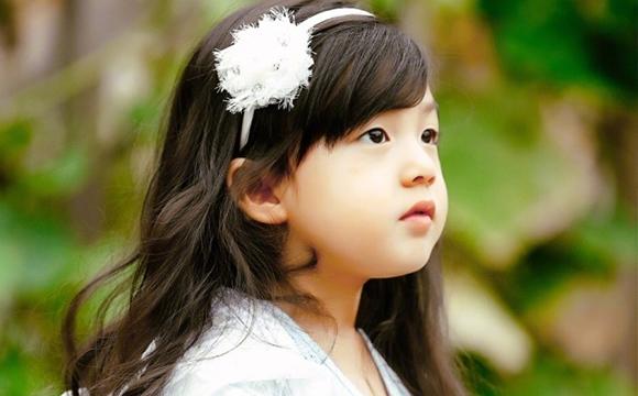小泡芙戴白色发卡宛如小天使