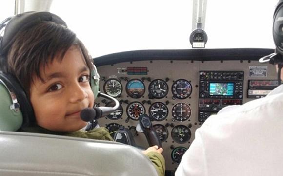 7岁孩童开飞机上天 成英国最小飞行员