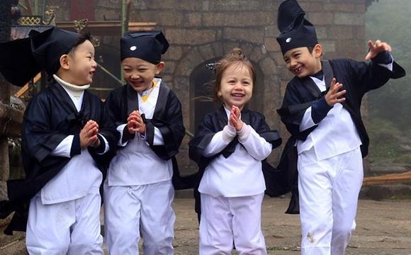 中外萌娃穿道服学国学 最小的才11个月