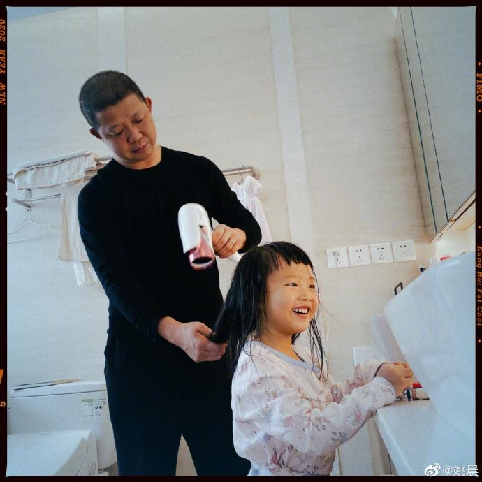 姚晨记录老公为女儿吹头发