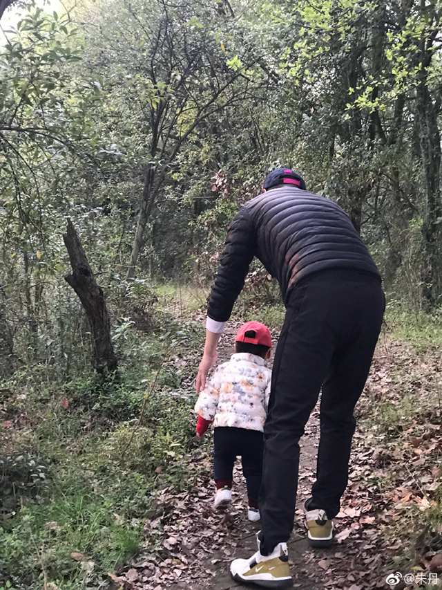 朱丹老公周一围带女儿爬山
