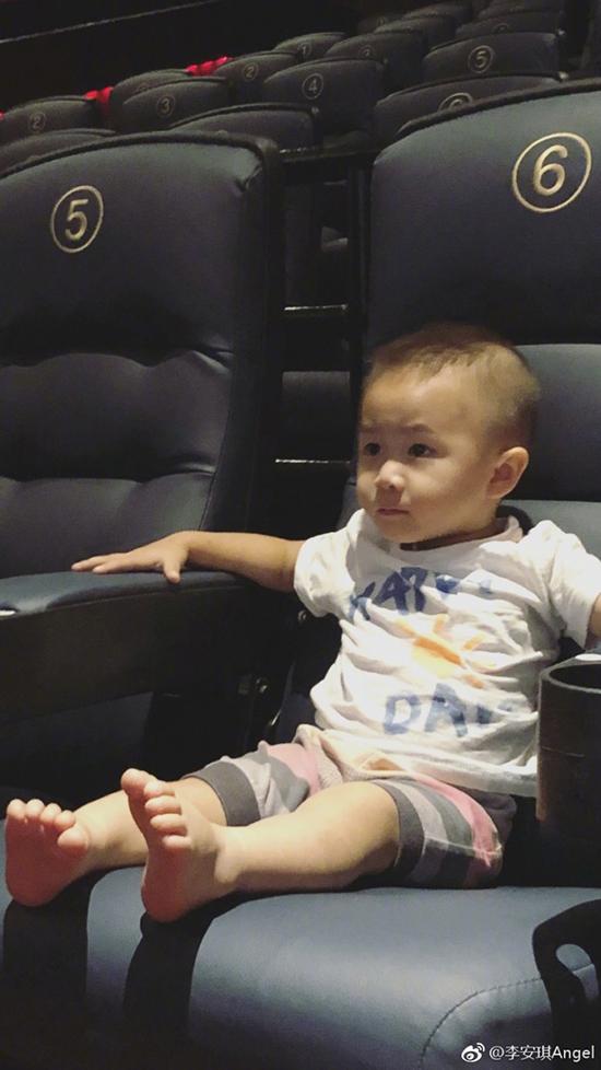 李小鹏儿子看电影