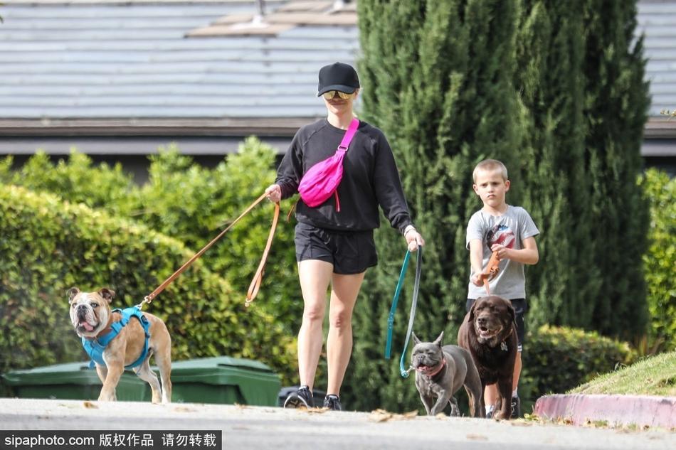 瑞茜·威瑟斯彭带儿子外出遛狗