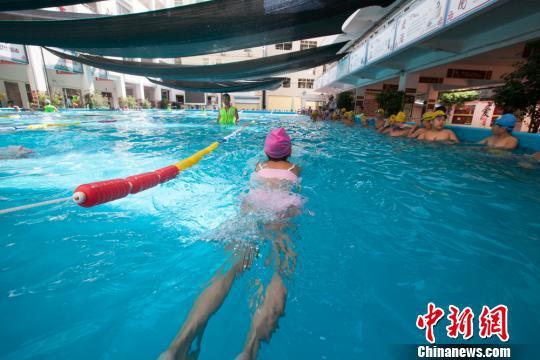 资料图:小学生正在进行练习游泳。 凌楠 摄