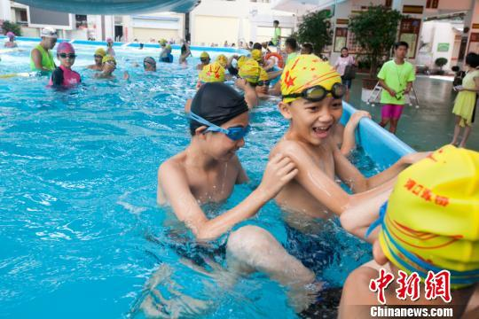 资料图:海口龙峰实验小学学生在支架式泳池学习。 凌楠 摄
