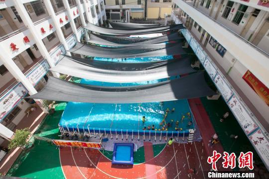 资料图:海口龙峰实验小学在校园里搭起支架式泳池供学生学习。 凌楠 摄