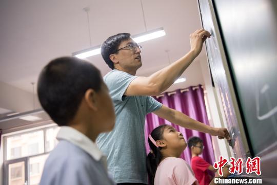 """赵文瑞创新""""数字变变变""""美术课程,教学生用数字画孙悟空。 韦亮 摄"""