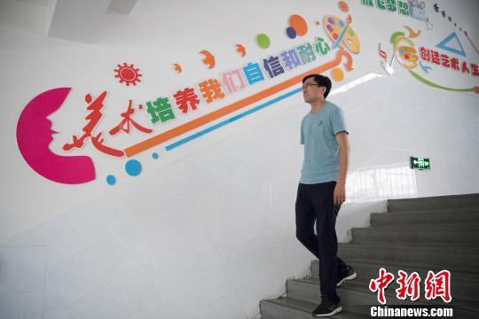 赵文瑞希望孩子们孩子们开心画画,大胆创作,保持纯真的情感。 韦亮 摄