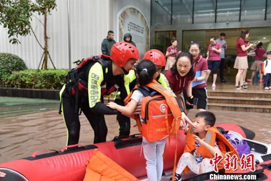 消防救援人员正在转移幼儿园的孩子们。 李春平 摄