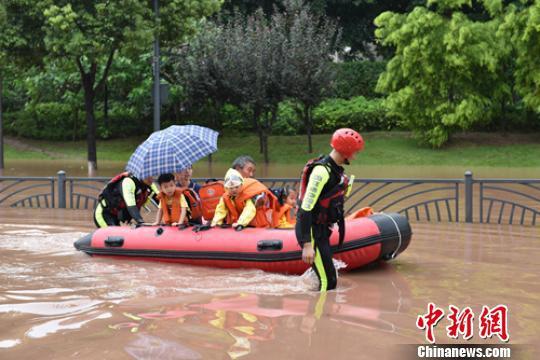 消防救援人员正在转移孩子和民众。 李春平 摄