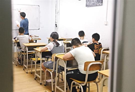 深圳的一家暑假补课班 羊城晚报记者 王俊伟 摄