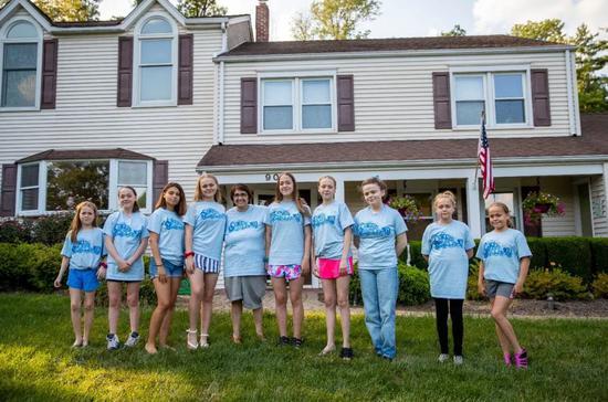 7月27日,林恩·贝拉特(后排中)和9个女儿在新泽西州伯纳德镇中文指导老师家门外合影。新华社记者王迎摄