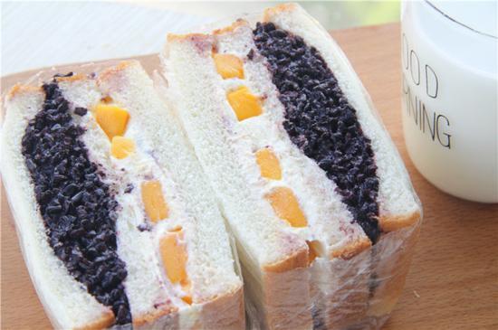 在家做网红黑米芒果奶酪三明治