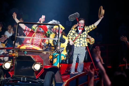 """精彩的狂欢派对开始了,爱恶作剧的小丑围着""""百宝箱""""开始热闹狂欢,欢乐的气氛溢满现场每个角落。"""