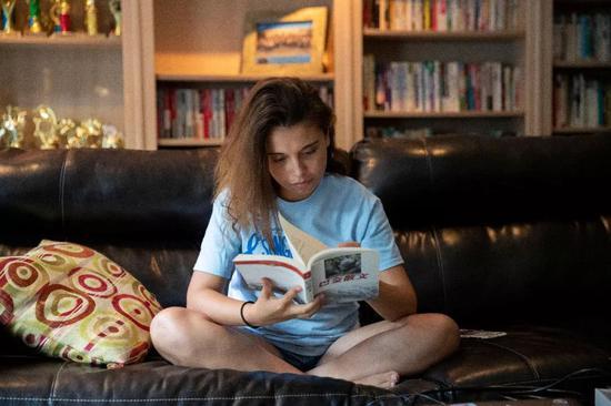 7月27日,在新泽西州伯纳德镇的中文指导老师家,林恩·贝拉特的大女儿白琳阅读中文书。 新华社记者王迎摄