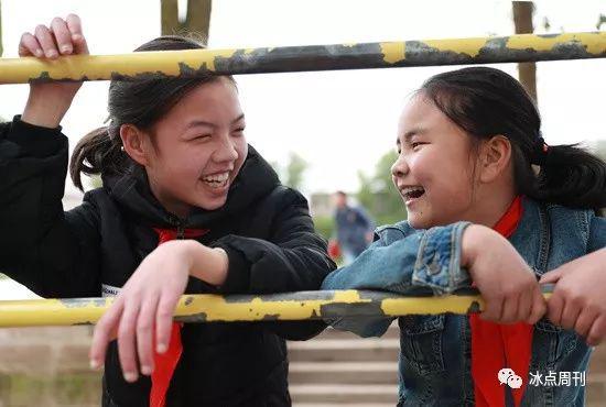 2017年3月22日,四川省华蓥?#26032;皇行?#23398;的两名留守儿童,在课余时间聚在一起开心地交流。(资料图片)视觉中国供图