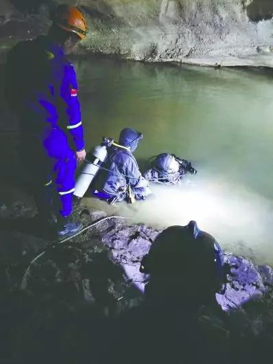 潜水员在水潭内全力搜寻林易 (蓝天救援队提供)