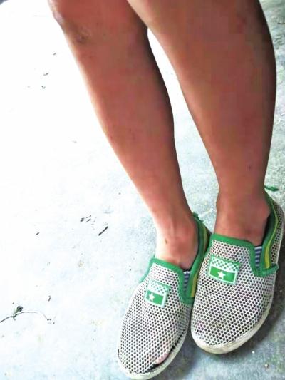 郑牛穿的鞋子早已张开了大口子。 本文图片均来自大河网