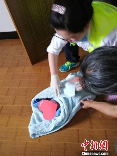 图为120救护人员抵达孕妇家进行急救。诸暨市卫生健康局供图