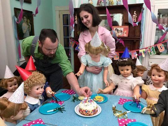 玛德琳和玛拉基夫妇为这群塑料娃娃举办生日派对。