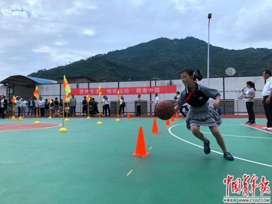 湖北省秭归县归州镇航天希望小学学生在进行趣味篮球赛。中国青年报·中国青年网记者 刘昶荣/摄