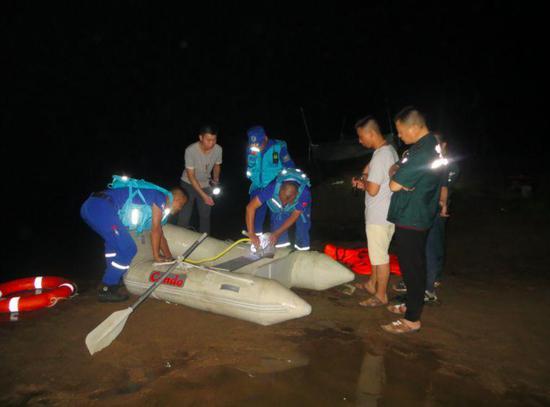 信阳蓝天救援队队员下水搜救。来源:受访者供图