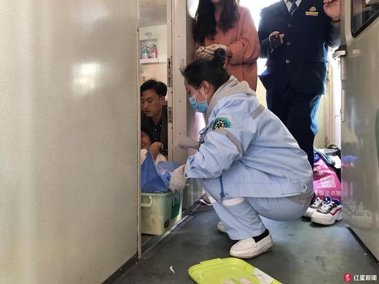 列车上孕妇突然临盆
