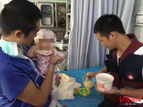 医务人员照顾女婴