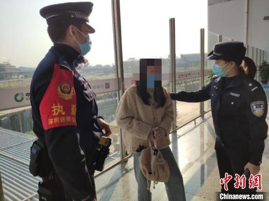 为防疫情被关家中 少女负气出走被铁警寻回 赵雅婷 摄