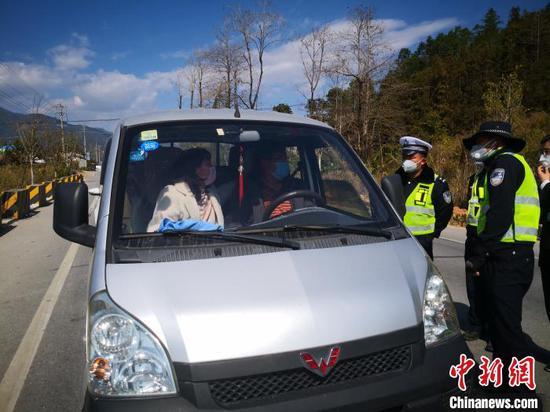 图为民警在防控疫情。 云南省公安厅供图