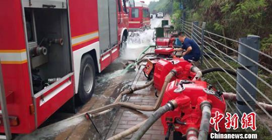 消防救援人员调集设备全力抽排涵洞内的积水。 刘忠俊 摄