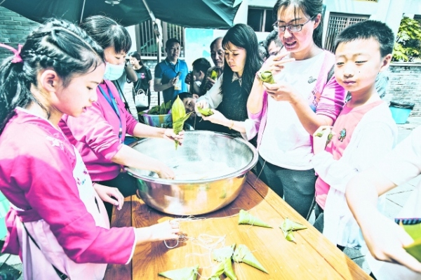 孩子们端午节体验包粽子。