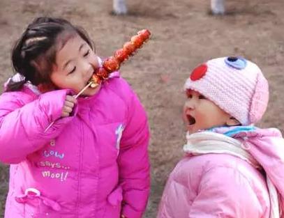吃烤串摔倒 13厘米长竹签扎入3岁男童口腔