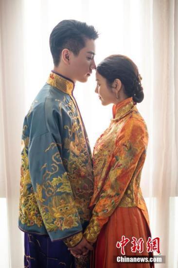 7月19日,陈晓、陈妍希在北京市怀柔区雁栖湖举办浪漫婚礼,两人甜蜜热吻画面温馨。