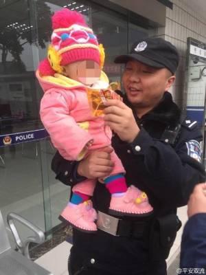 民警将女婴带回派出所照顾——图据平安双流微博