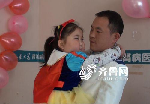 这个6岁女孩穿上最喜欢的公主泡泡裙,与父亲史新站手拉手,伴随着婚礼进行曲走进病房。