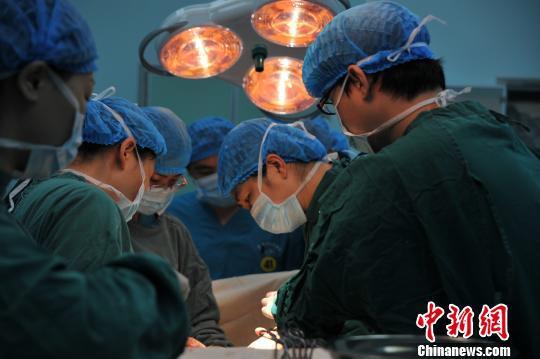 """孕妇接受""""马拉松""""剖宫产手术。 刘铁强 摄"""