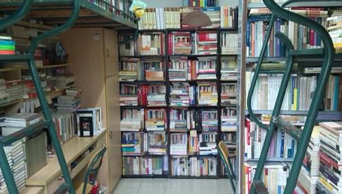 陈天翔在复旦宿舍的藏书。来源:受访者供图