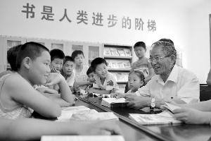 73岁老教师退休13年帮助17个贫困孩子重返校园