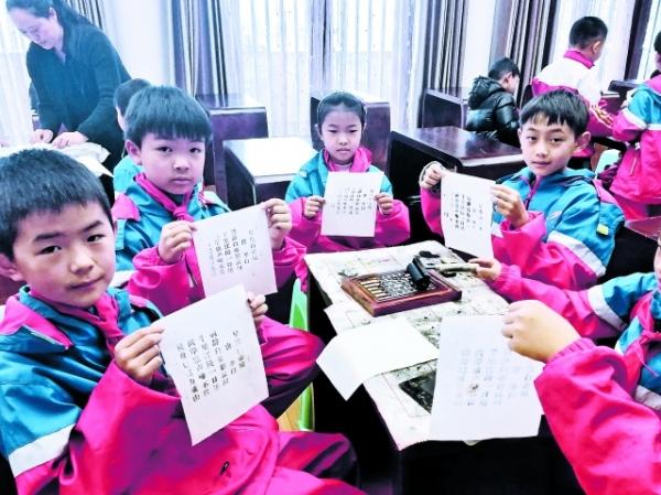 同学们展示自己的活字印刷作品