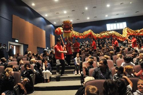 2012年1月26日,阿联酋华人社团的舞龙队在阿布扎比布莱顿国际学校表演。 新华社记者马锡平摄