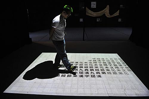 """""""汉字文化节""""展现汉字的魅力。新华社记者 鲁鹏 摄"""