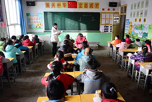 在夏河县拉卜楞藏民小学,教师为学生们上汉语文?#24013;?新华社记者 ?#26460;?#29637; 摄